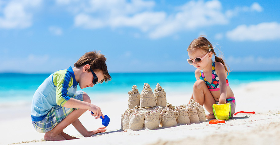 Malediven Kinder bauen Sandburg